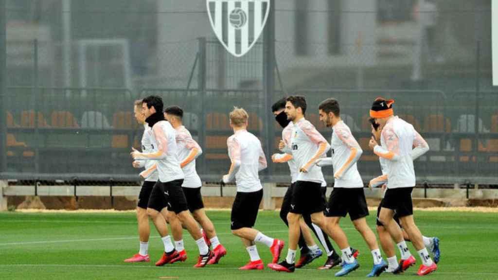 El Valencia, durante un entrenamiento en su ciudad deportiva