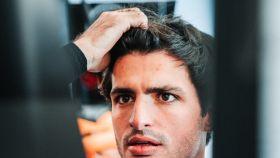 Carlos Sainz en el garaje de su escudería.