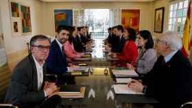 Josep Maria Jové (primero a la izquierda), en la mesa de diálogo entre el Gobierno y el Govern en Moncloa.