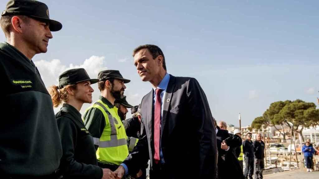 Pedro Sánchez saluda a un grupo de guardias civiles en un dispositivo de búsqueda en Mallorca, en una imagen de archivo.