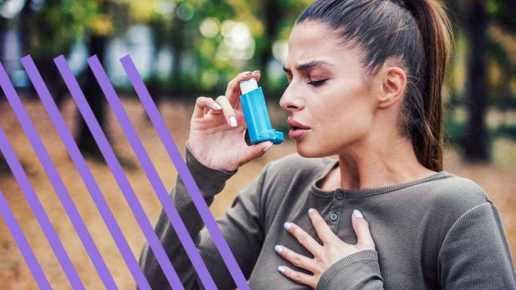 Una mujer con un inhalador.