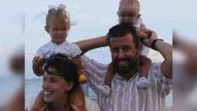 Paula y el comandante Eduardo Fermín Garvalena Crespo paseando por la playa felices junto a dos de sus tres hijas..