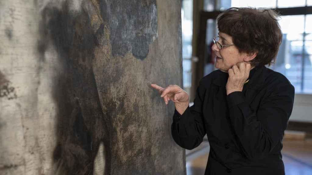 Teresa lleva dos años limpiando el cuadro de Luca Giordano.