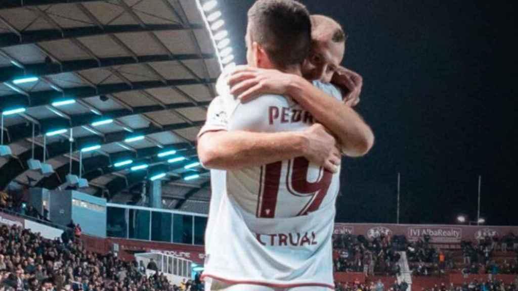 Zozulya celebra junto a Pedro el gol del Albaceye