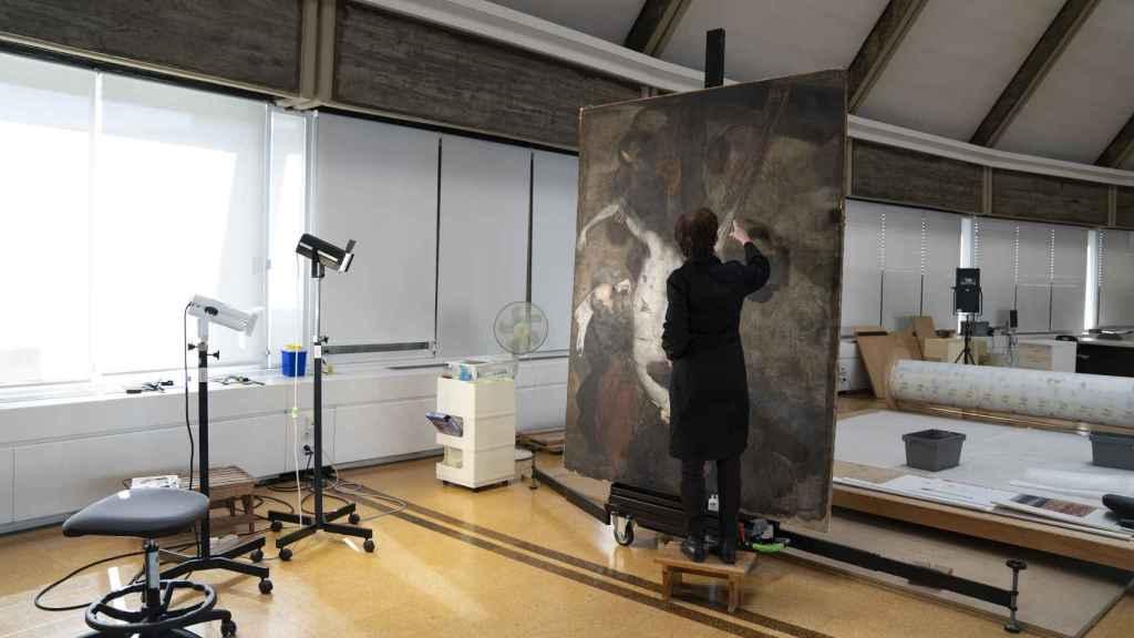 Teresa, restauradora del IPCE, los trabajos sobre el lienzo de Giordano.