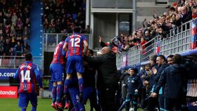 La piña de los jugadores del Eibar tras uno de los goles ante el Levante