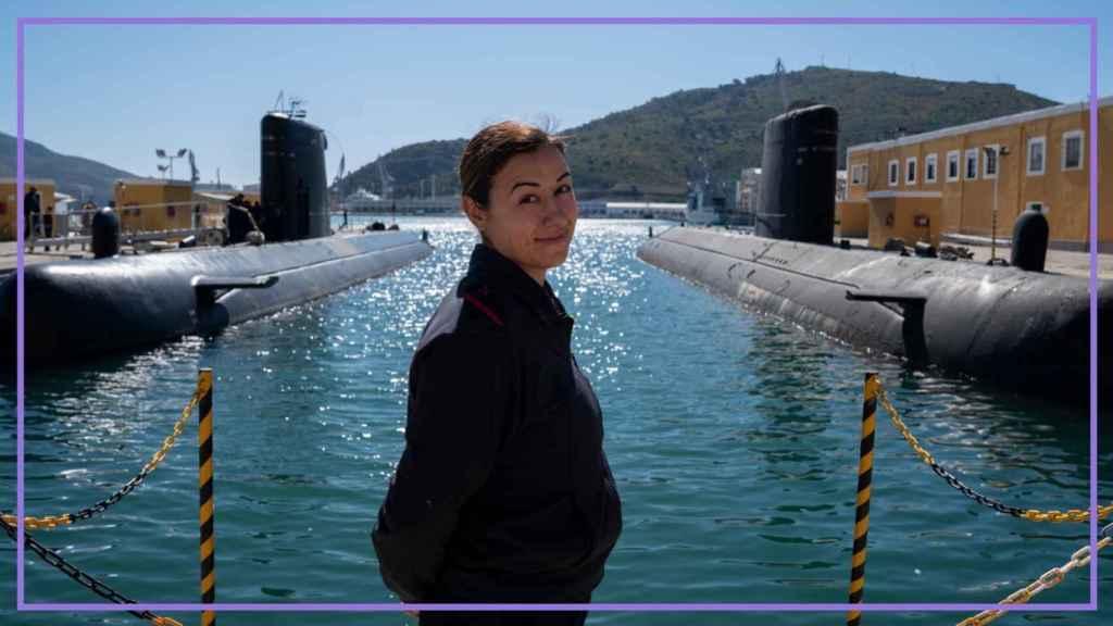 La torpedista Estefanía Ruiz, frente al submarino Tramontana, en el Arsenal de Cartagena.