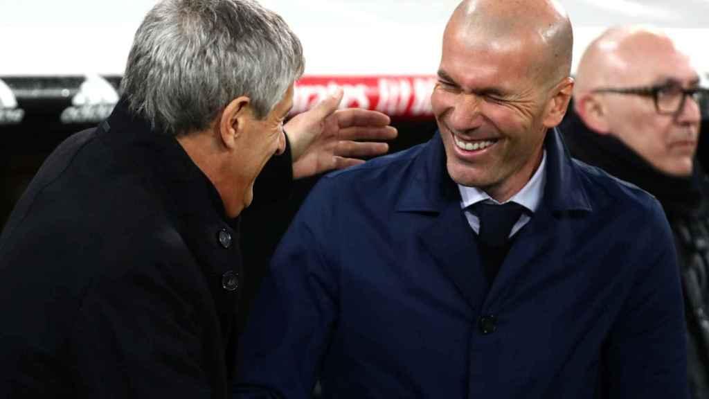 Quique Setién y Zinedine Zidane se saludan antes de El Clásico