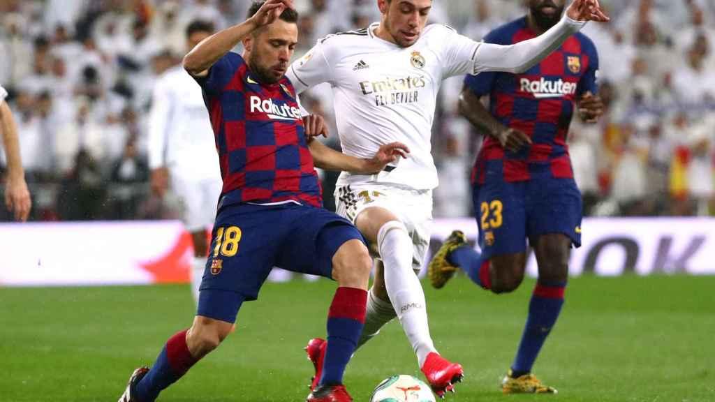 Fede Valverde intenta robar el balón a Jordi Alba