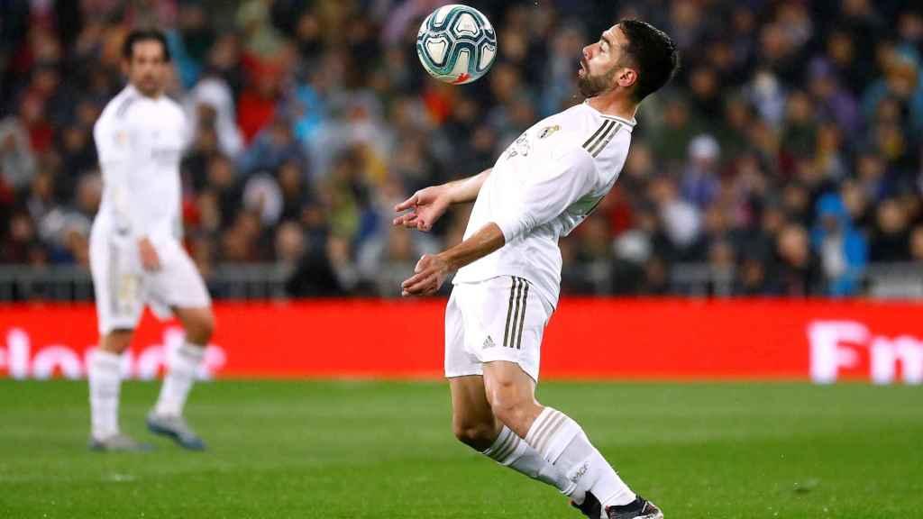 Dani Carvajal controla el balón con el pecho