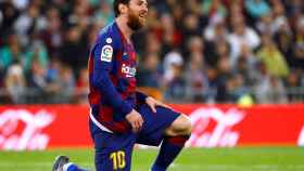 Leo Messi, con la rodilla derecha en el césped del Santiago Bernabéu