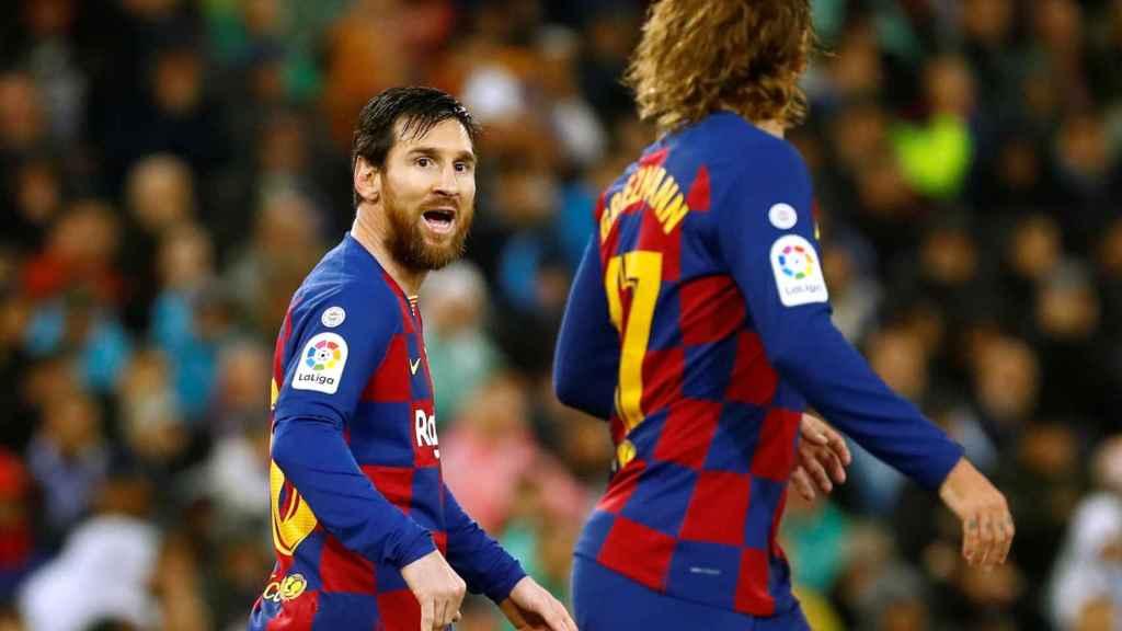 Leo Messi habla con Antoine Griezmann durante El Clásico