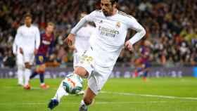 Isco Alarcón contra un balón durante un contragolpe del Real Madrid