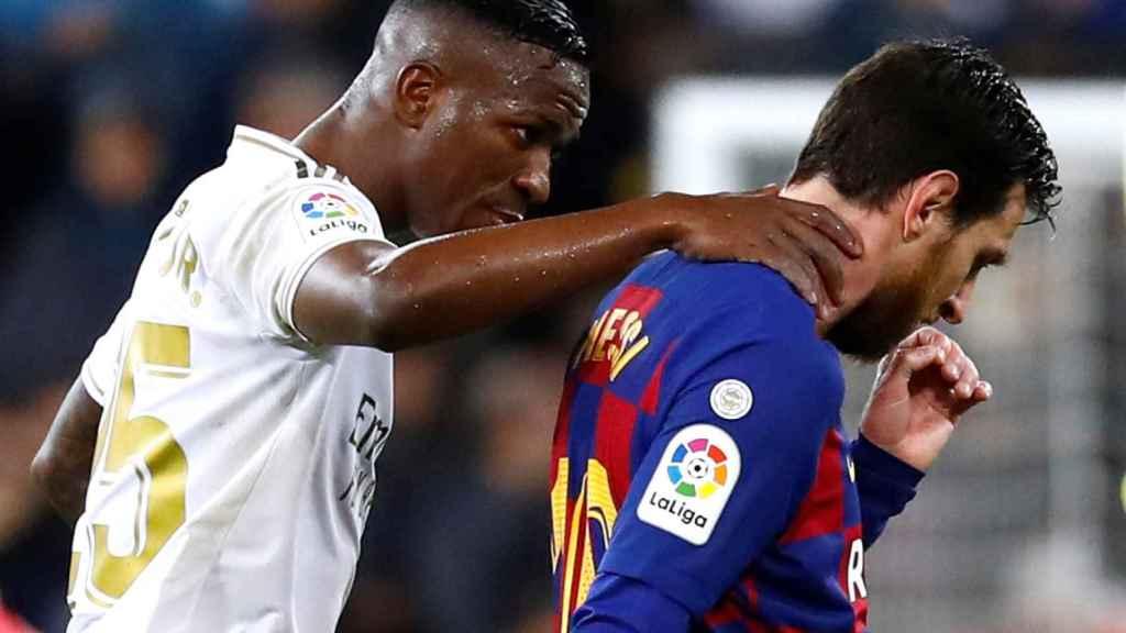 Vinicius Jr. dialoga con Leo Messi camino de los vestuarios al descanso de El Clásico
