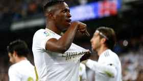 Vinicius se señala el escudo del Real Madrid tras marcar un gol al FC Barcelona