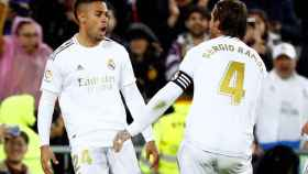 Mariano celebra con Sergio Ramos su gol al Barça