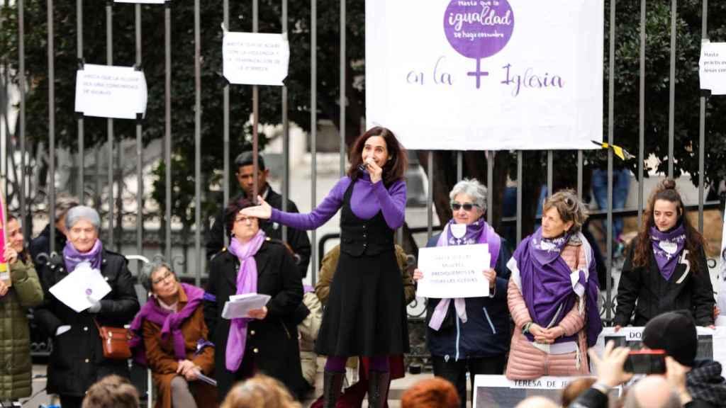 La plataforma Revuelta de Mujeres en la Iglesia se concentra junto a la catedral de la Almudena, en Madrid.