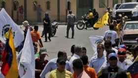 Una persona no identifica apunta a Juan Guaidó con un arma, durante la marcha en en Barquisimeto.