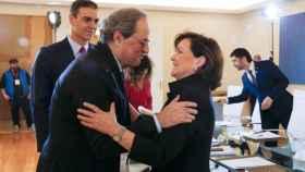 Quim Torra saluda a Carmen Calvo, en presencia de Pedro Sánchez.