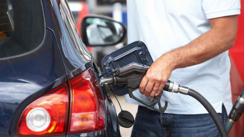 Un conductor llenando el depósito diésel de su vehículo.