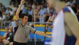 Antonio Conde arbitrando un partido de baloncesto