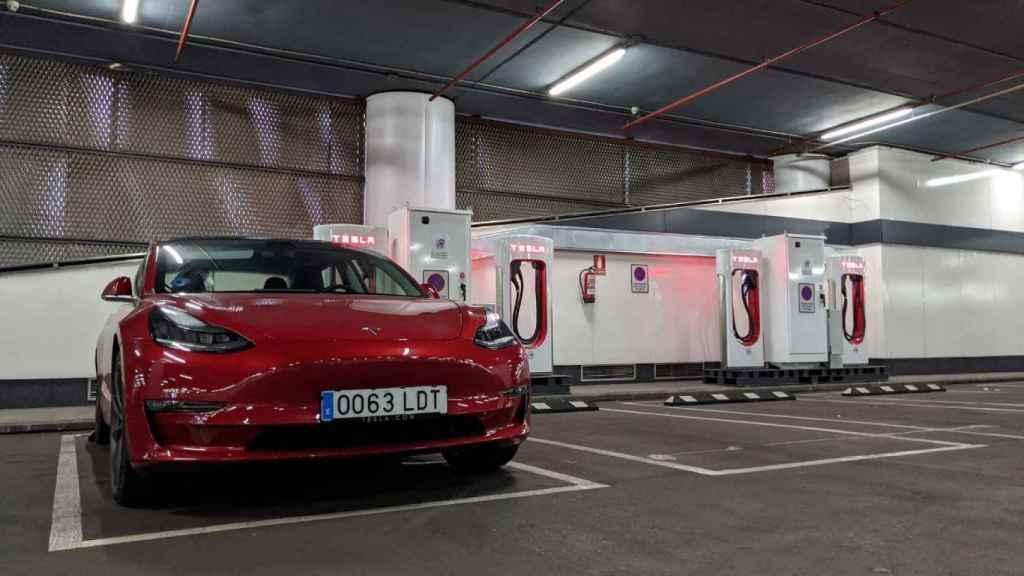 Tesla Model 3 repostando en un supercargador
