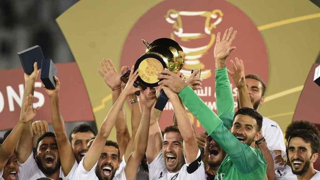 Gabi levantando un trofeo con el Al Sadd