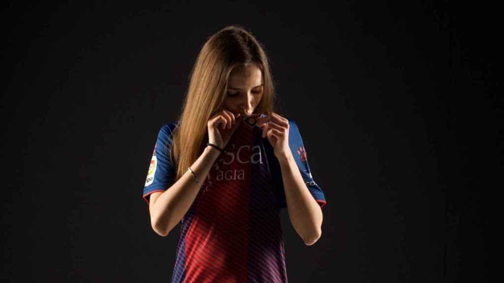 Sandra Martínez, con la camiseta del Huesca