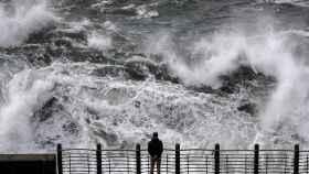 Una gran ola a punto de romper en el Paseo Nuevo de San Sebastián. EFE/Javier Etxezarreta