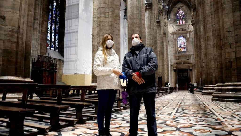 Turistas con mascarilla en el Duomo de Milán. EFE/EPA