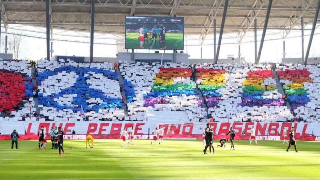 Mosaico de los aficionados del Leipzig en el Red Bull Arena.