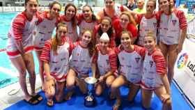 Las jugadoras del CN Terrassa de waterpolo con la copa de subcempeonas de la Copa de la Reina.