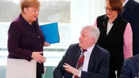 Angela Merkel intenta dar la mano al ministro de Interior, Horst Seehofer, que lo rechaza para evitar contagios.