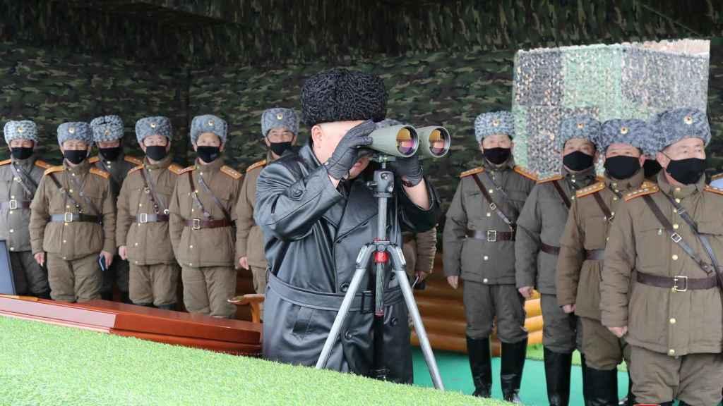 Kim Jong Un durante una prueba del Ejército es el único que no lleva máscarilla protectora.