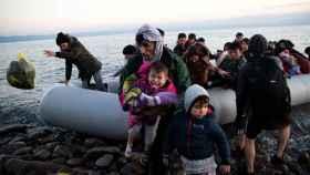 Migrantes llegando a una playa de Lesbos.