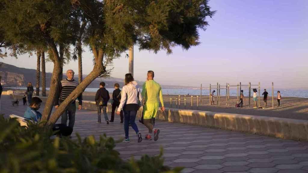 Unos vecinos paseando por el paseo marítimo de Roquetas de Mar