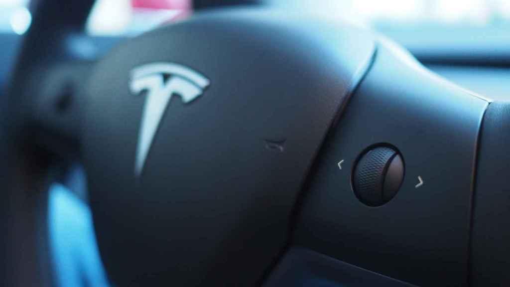 Ruleta de control del Tesla Model 3 con aspecto de plástico