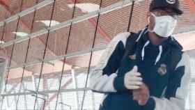 Trey Thompkins, con mascarilla en el aeropuerto de Madrid