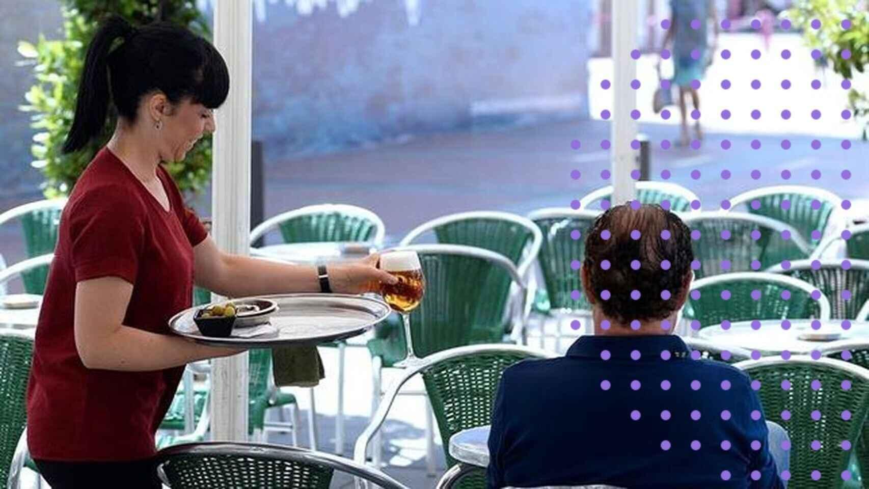 Una camarera atiende a un cliente en una terraza.