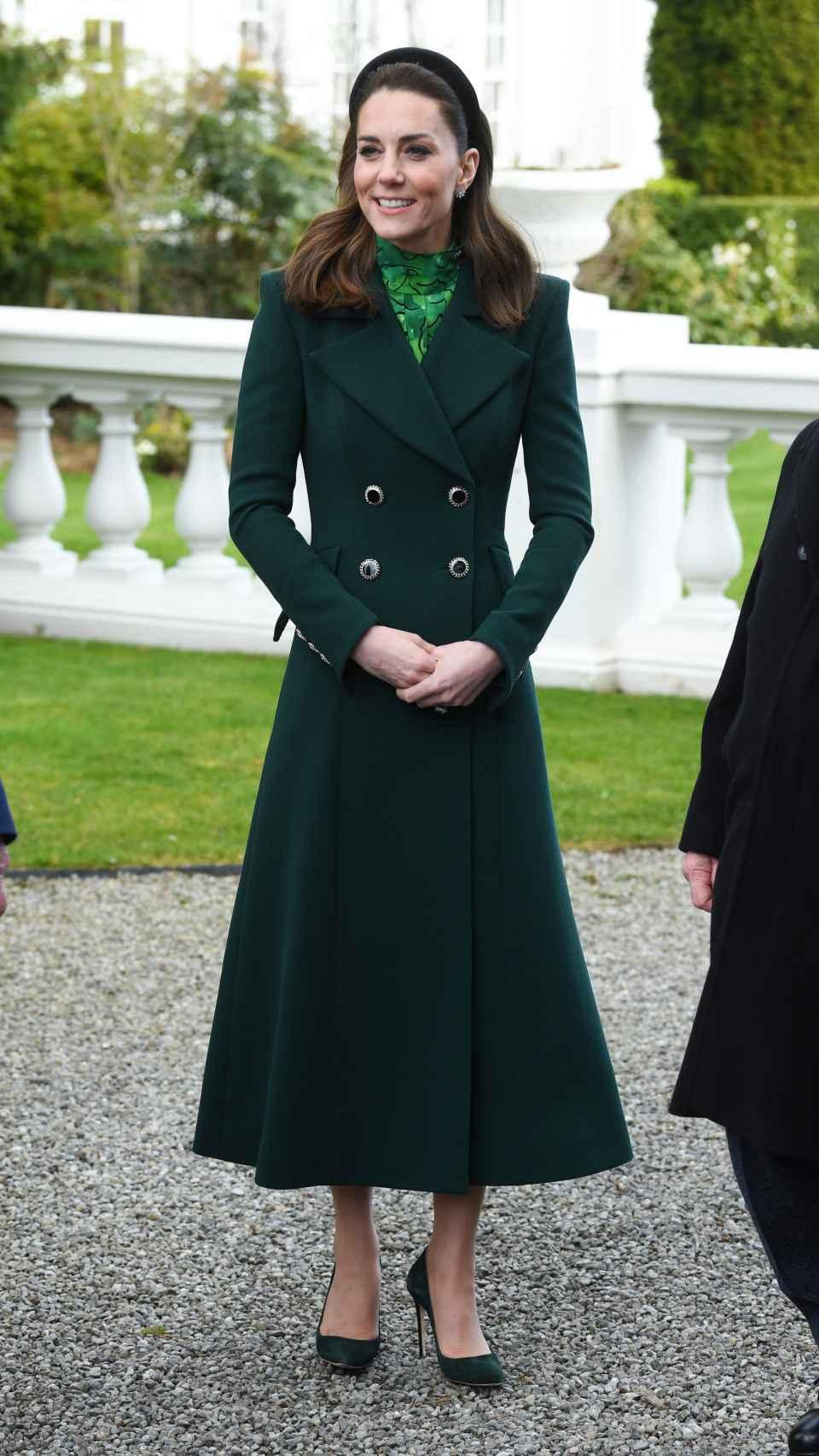 La duquesa de Cambridge con abrigo de Catherine Walker.
