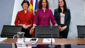 La ministra Portavoz, María Jesús Montero, junto con la ministra de Educación y Formación Profesional, Isabel Celaá, y la ministra de Igualdad, Irene Montero