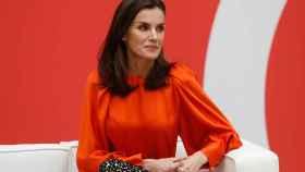 La reina Letizia estrenando blusa de Zara.
