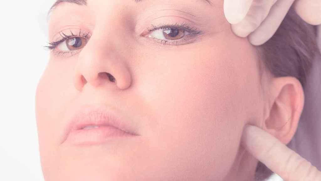 El ácido hialurónico contribuye a hidratar y dar volumen al rostro.