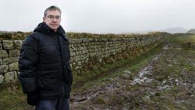 El escritor Santiago Posteguillo en el Muro de Adriano.