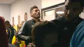 Troy Deeney y el joven con el que saltó al campo al partido entre el Watford y el Liverpool