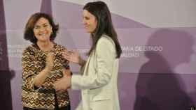 Carmen Calvo e Irene Montero se abrazan de lejos en la toma de posesión de la ministra de Igualdad.