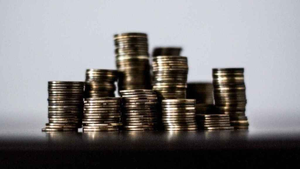 Monedas apiladas a distintas alturas.