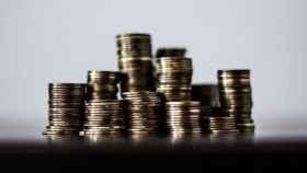 Monedas apiladas para su contabilización.