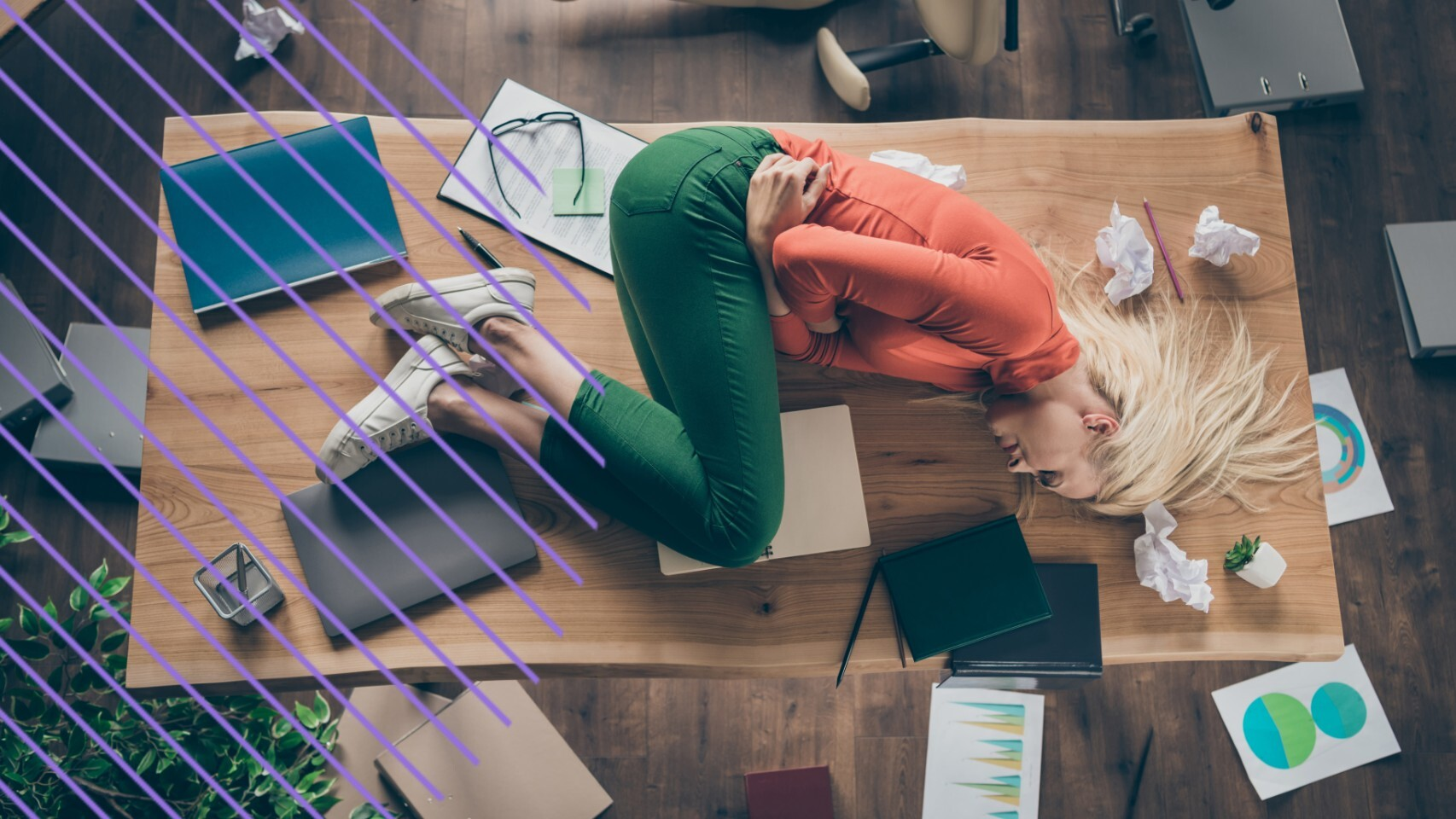 Una mujer con dolores provocados por la menstruación en su entorno laboral.