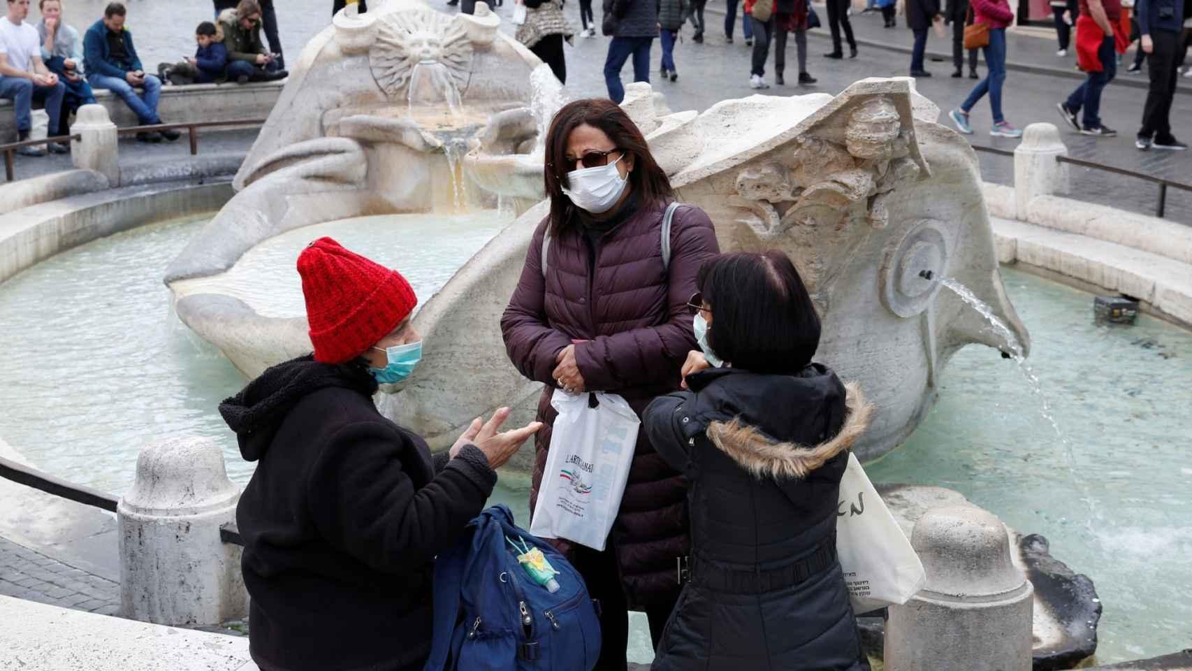 Turistas en la plaza España de Roma